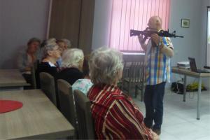 Seniorzy za kółkiem i z bronią w ręku