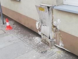 Samochód uderzył w budynek [FOTO]