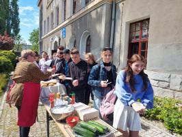 Licealiści pochłonęli 300 kiełbas! [FOTO]